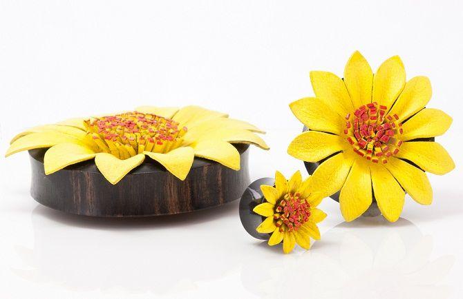 Плаги - цветок желтый из рога и кожи.