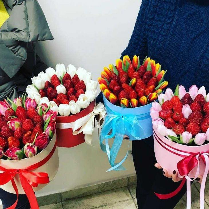коробочка из клубники и тюльпан