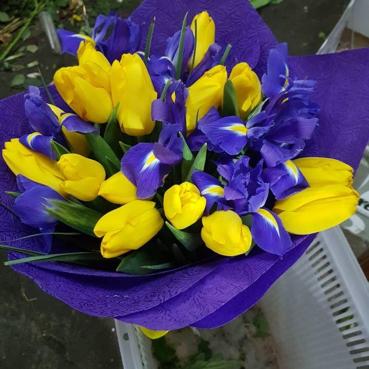 букет из желтых тюльпан и ирисов