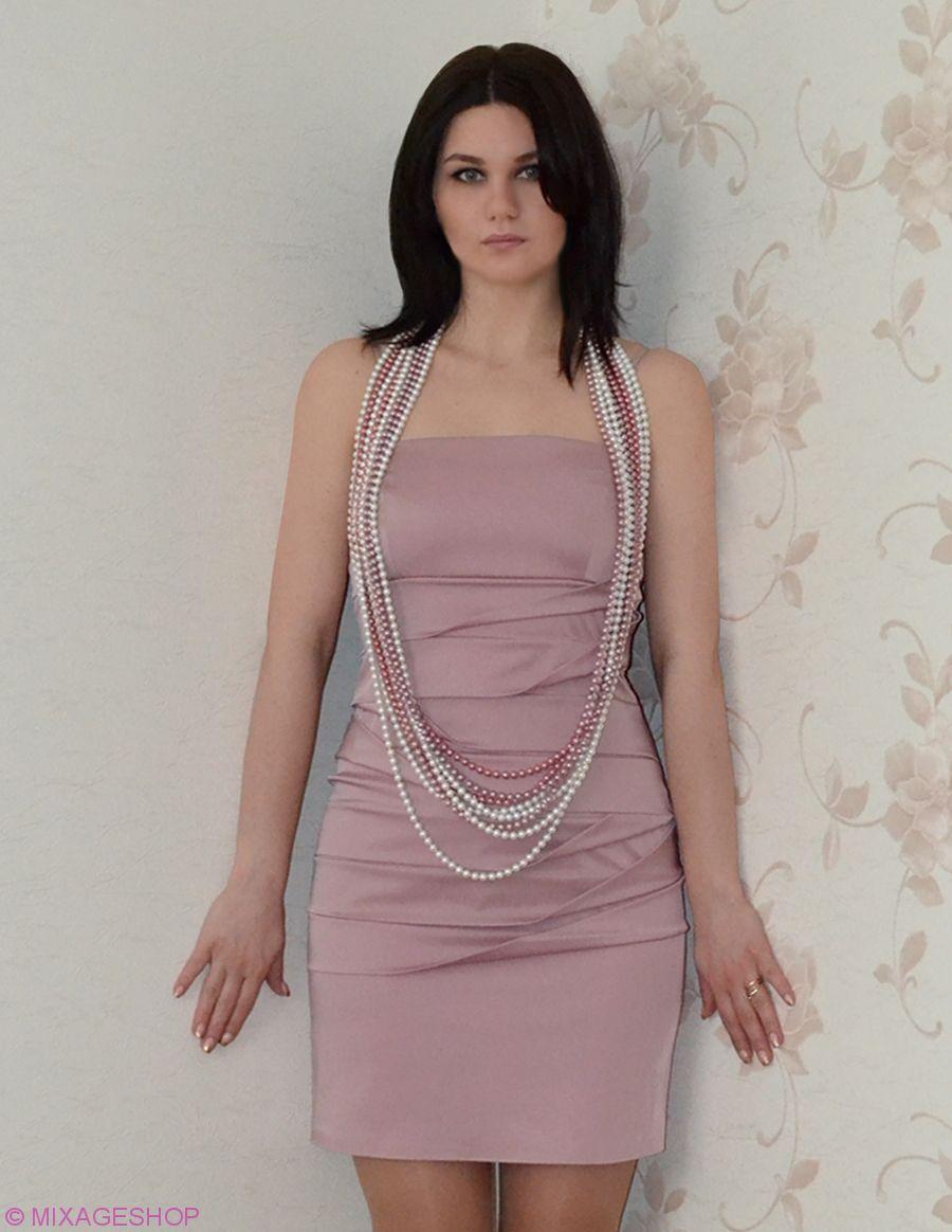 Атласное платье выполнено из ассиметричных складок