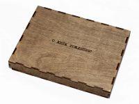 деревянная коробка с крышкой и гравировкой