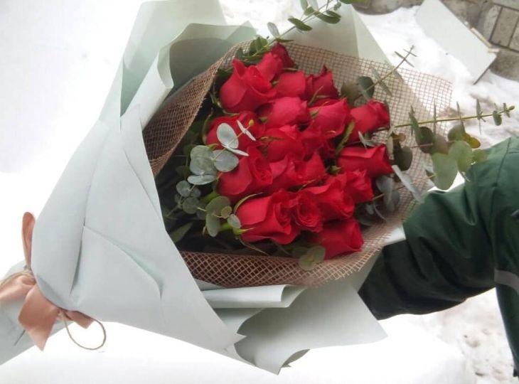 21 красная роза в красивом оформлении