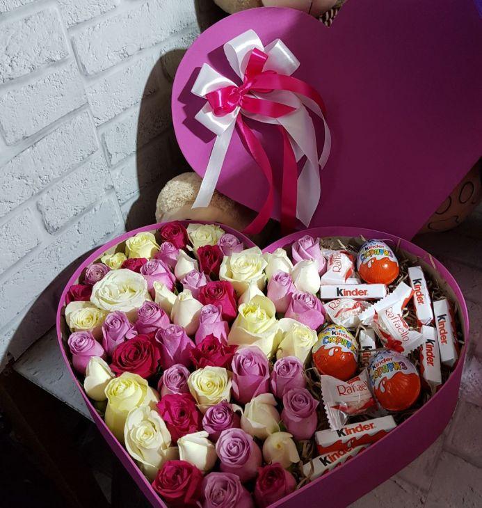 51 роза в коробочке с киндерами