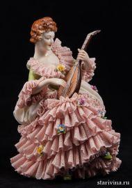 Дама-кружевница с лютней в розовом платье, Volkstedt, Германия.