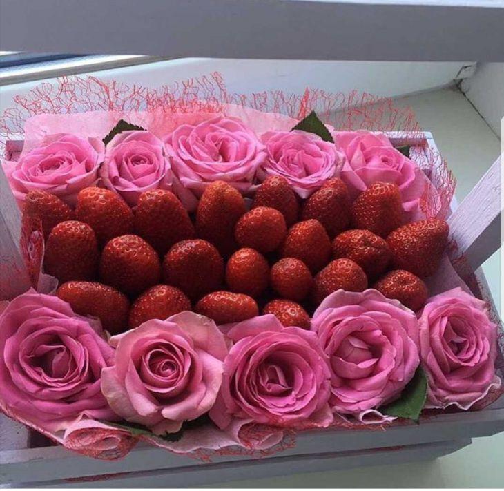 Коробочка из розовых роз и клубники