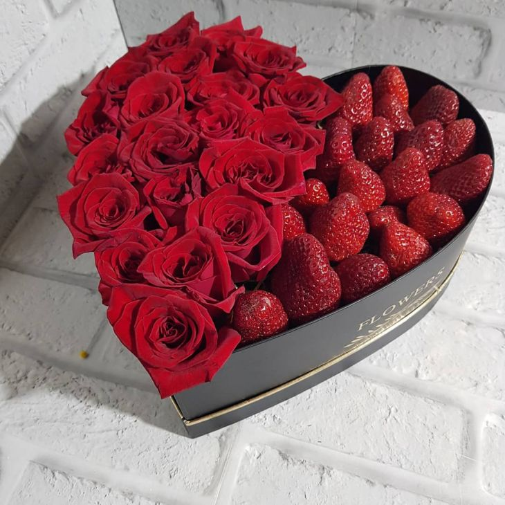 Коробочка из клубники и красных роз