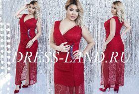 Красное кружевное платье с разрезом и брошью