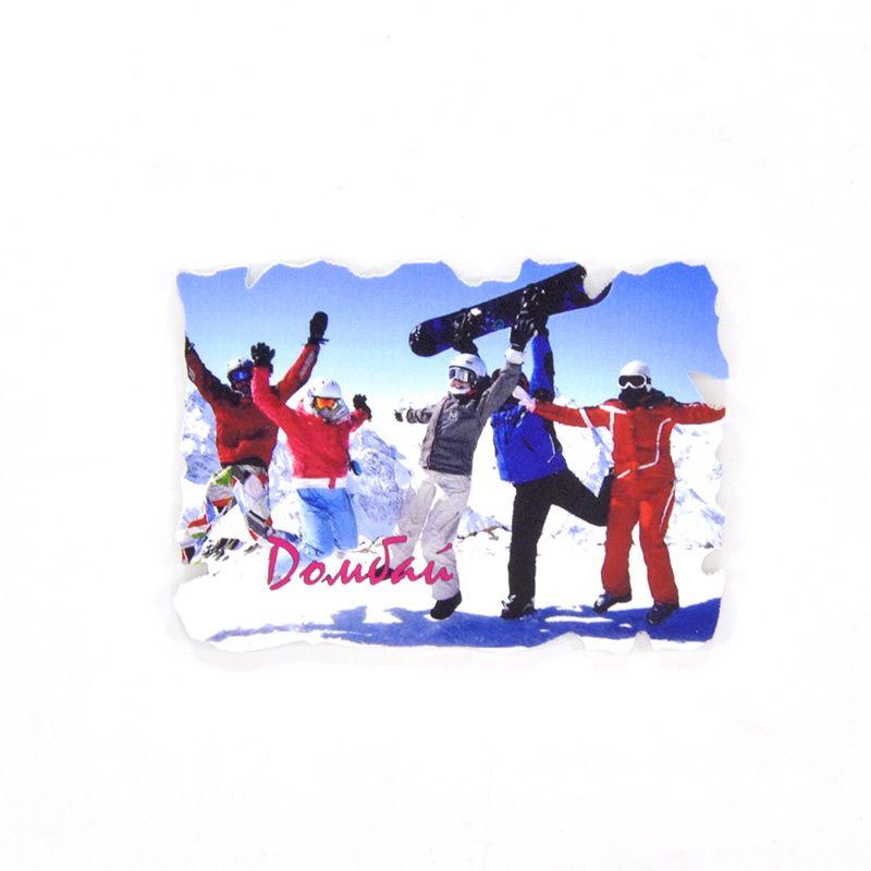 """Пластиковый магнит """"Домбай. Весёлые сноубордисты"""""""