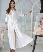 Длинное белое платье в пол.