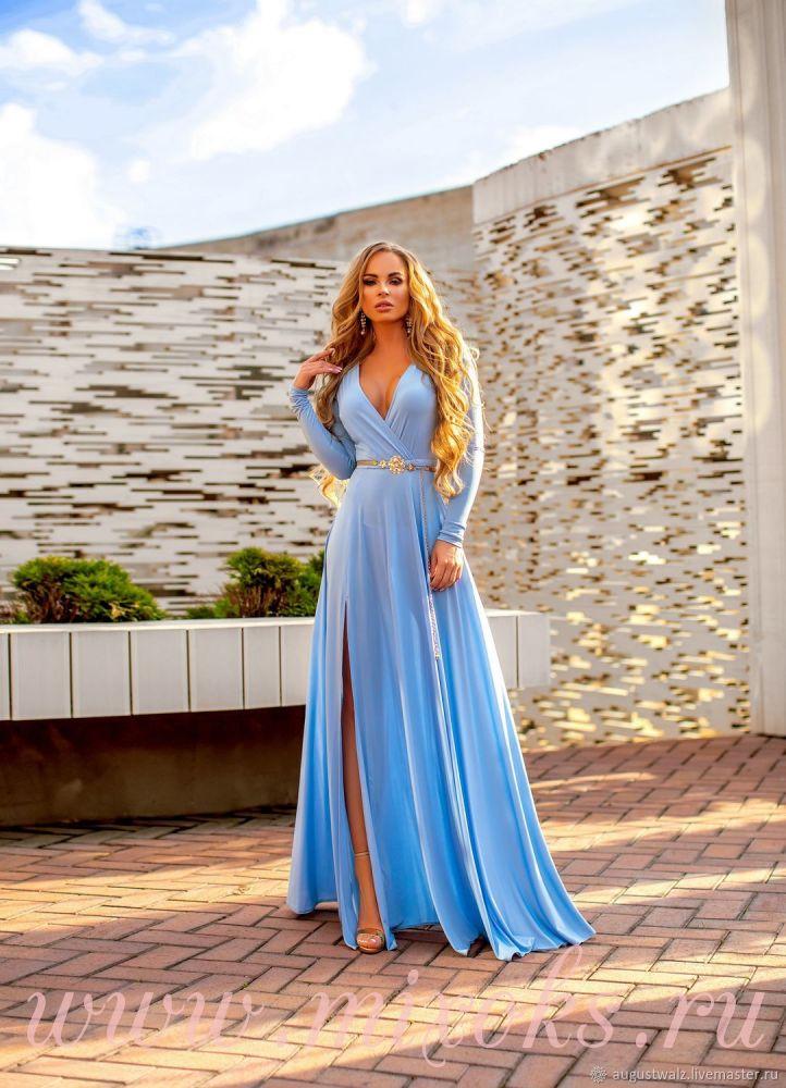 Голубое платье с декольте