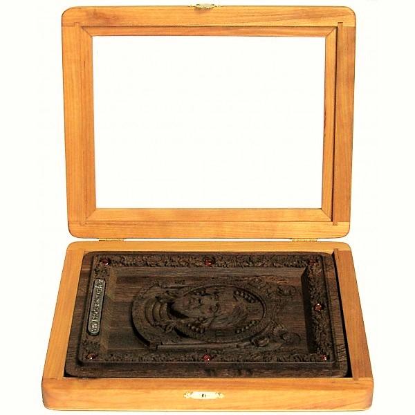 резная икона в подарок сыну Спас Нерукотворный на натуральном мореном дубе, инкрустированная янтарем (18*23 см, Россия)