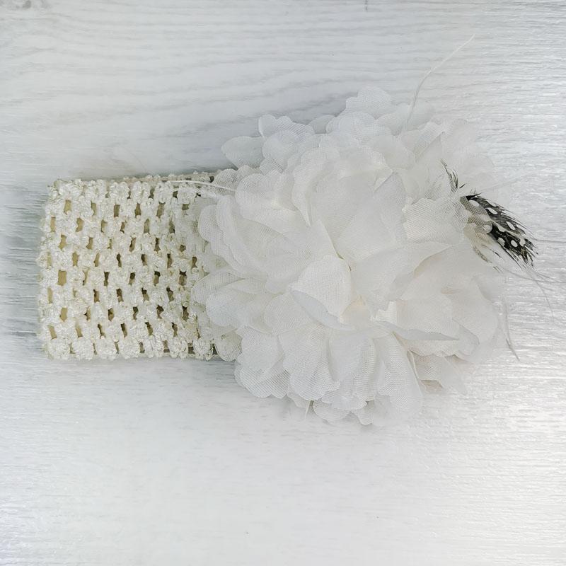 п1068-32 Повязка-резинка широкая с шифоновым цветком Перышко молочная