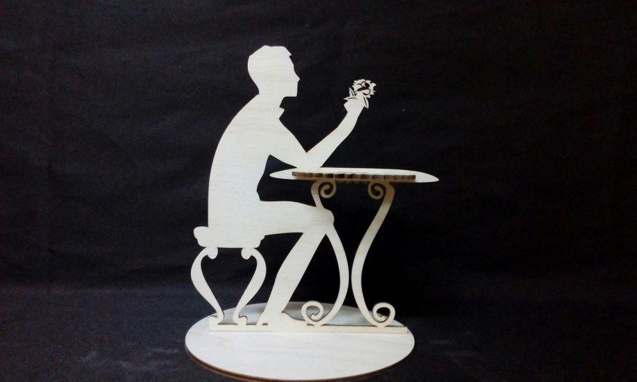 Салфетница парень за столом
