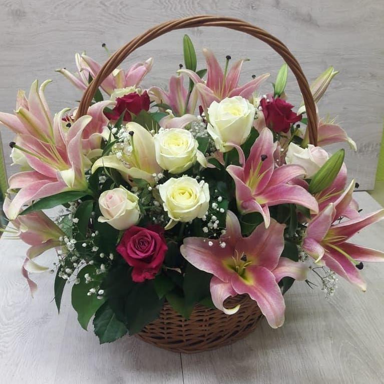 "Корзина с розами и лилиями ""Фейерверк"""