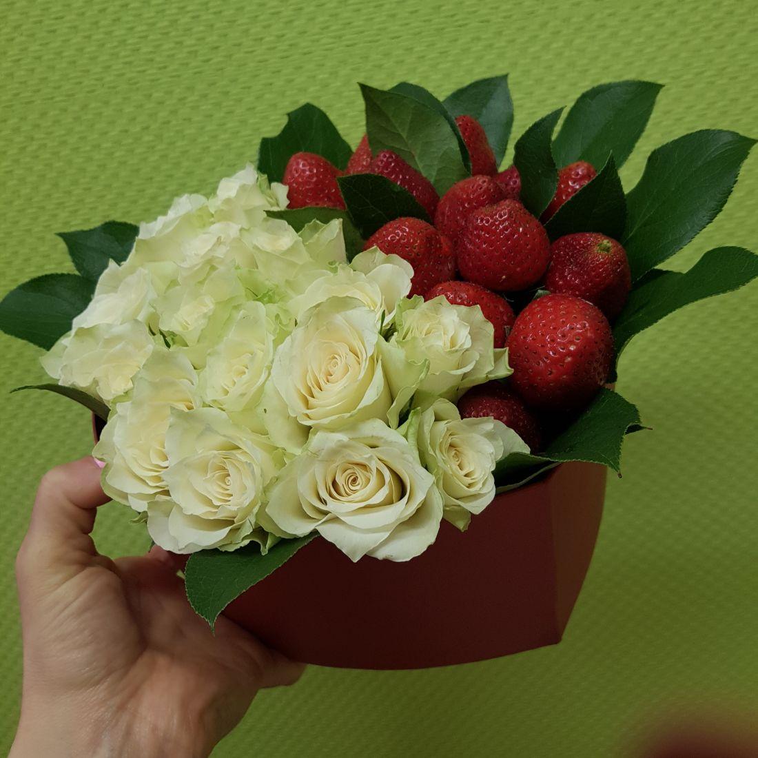 Белые розы и клубника в шляпной коробке «Стильная штучка»
