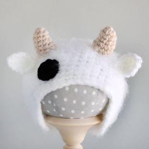 Вязаная шапочка для куклы Коровка