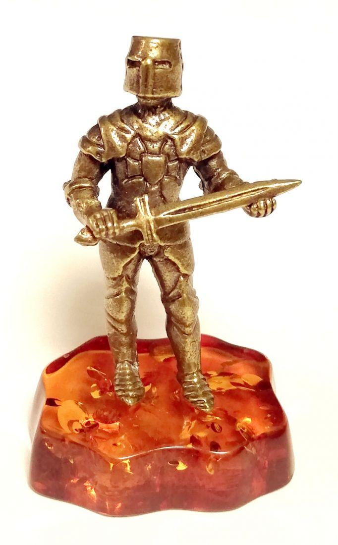 Фигурка рыцарь на янтаре