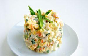 Салат с крабовыми палочками 100г
