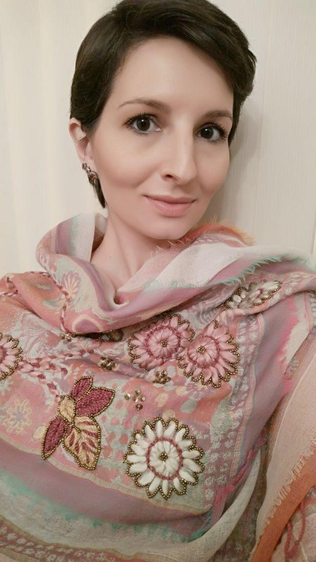 Нежный шерстяной палантин с ручной вышивкой (Москва)