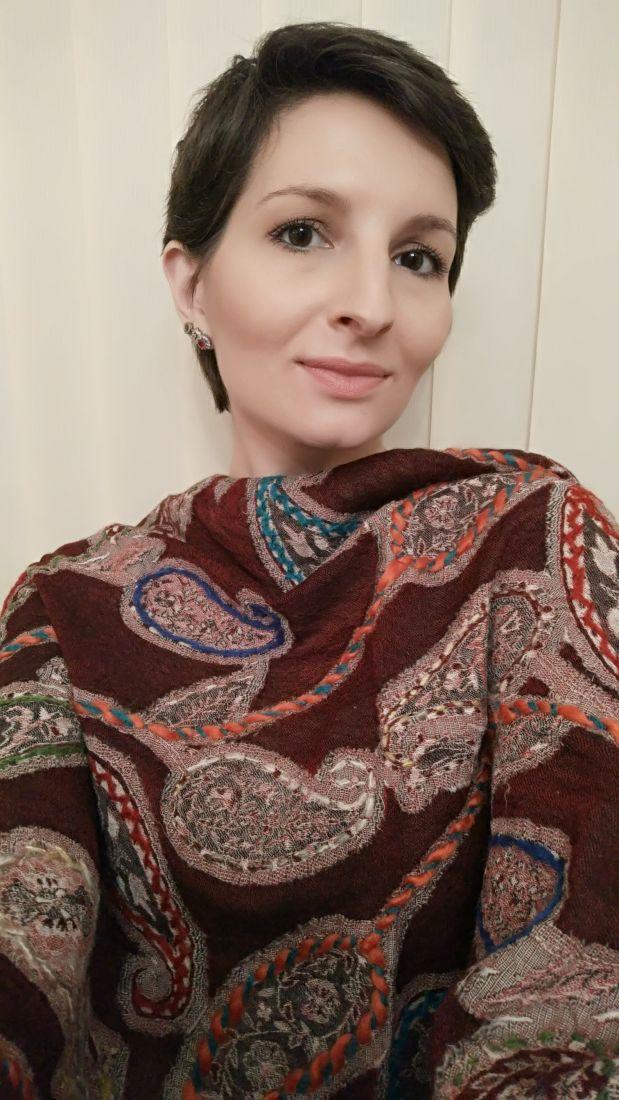 Бордовый шерстяной палантин с ручной вышивкой (Москва)