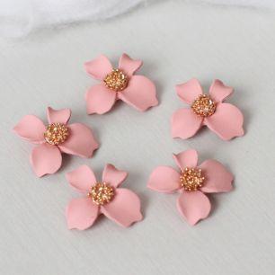 Кукольный аксессуар Подвеска Цветок розовый матовый