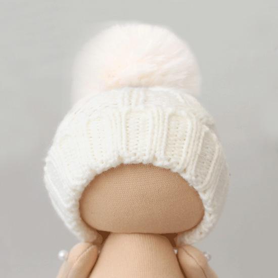 Вязаная шапочка для куклы Белая с помпоном
