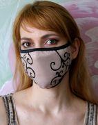 Бежевая маска для лица с кружевным узором.