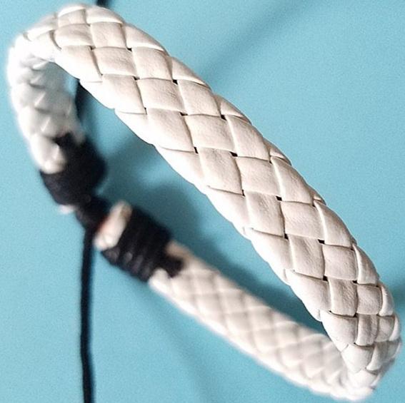 Кожаный плетеный браслет белого цвета