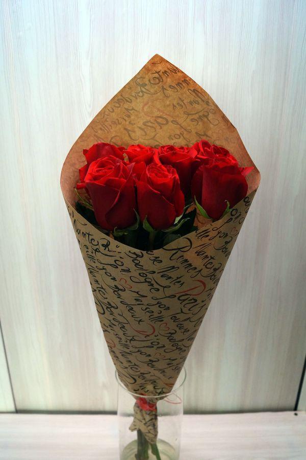 7 роз - Эксплорер в крафт бумаге (60 см)