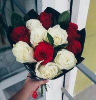 11 белых и красных роз (60 см)