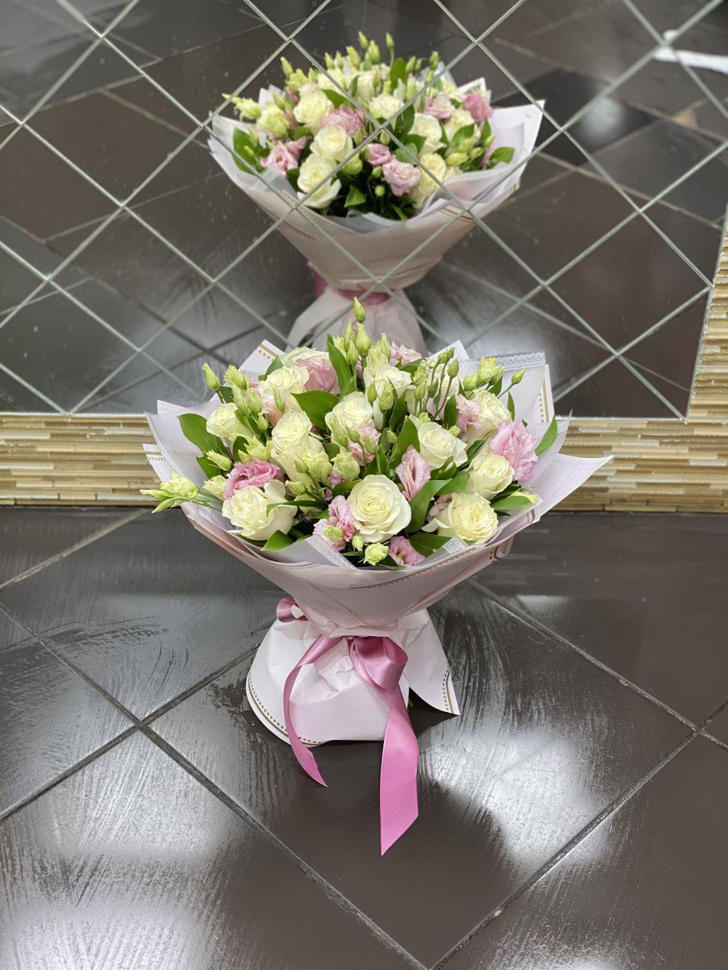 Букет из 11 роз и 6 лизиантусов, зелени