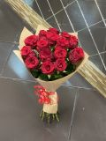 Букет из 15 роз российских красных в упаковке