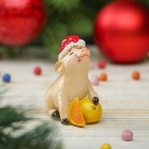 """Сувенир полистоун """"Поросёнок Тоша в новогоднем колпаке с мандаринами"""" h=6 см   3276807"""