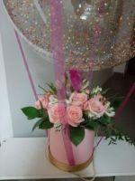 Розы в шляпной коробке с шаром баблс и надписью