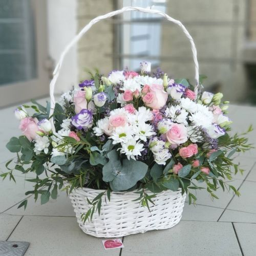Корзина из кустовых хризантем и микса цветов
