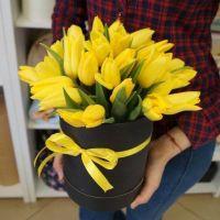 35 желтых тюльпанов в черной шляпной коробке