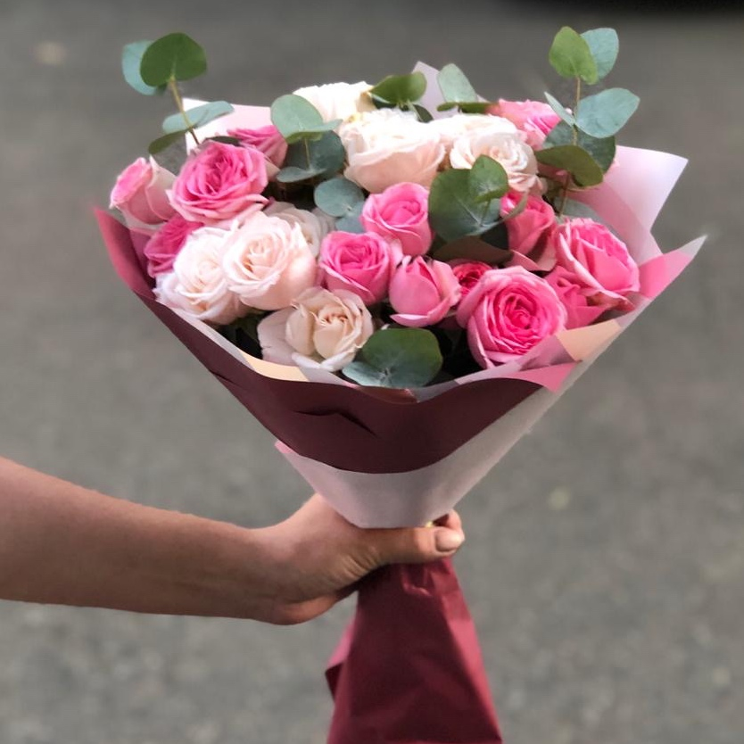 Кустовые розы в красивой упаковке