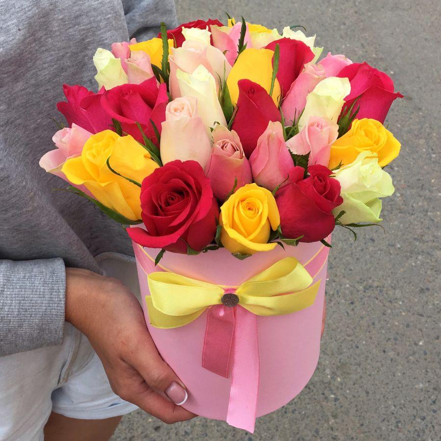35 кенийских роз микс в шляпной коробке