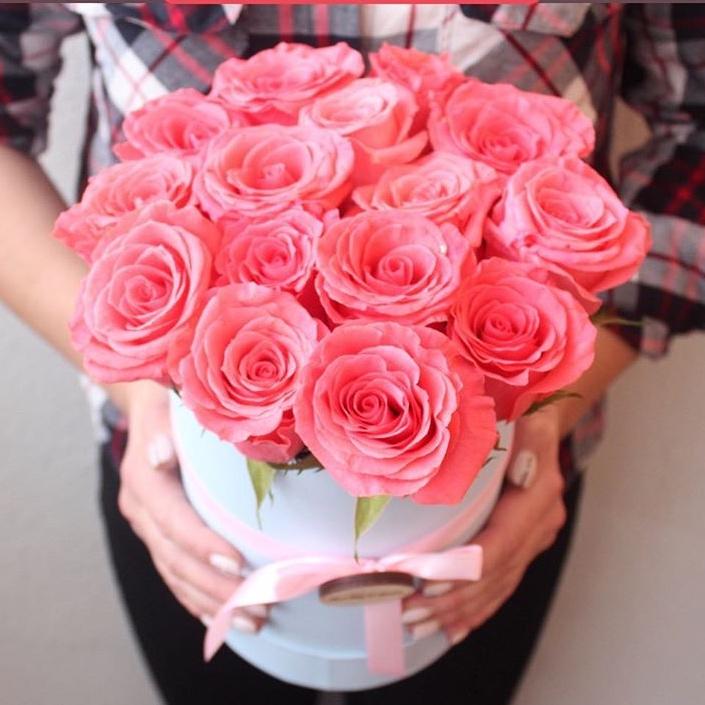 15 коралловых роз в шляпной коробке