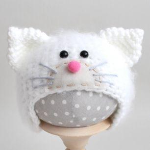 Вязаная шапочка Котик с мордочкой пушистый Белый