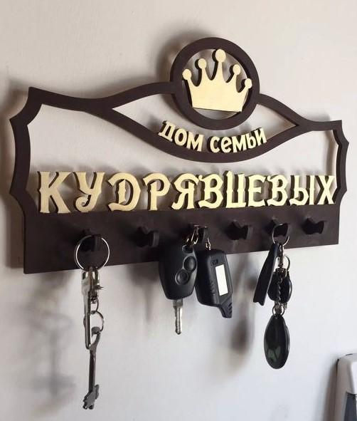 Ключница с короной из натурального дерева