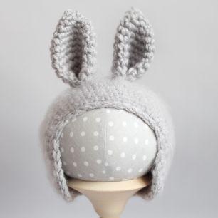 Вязаная шапочка для куклы Зайка серый