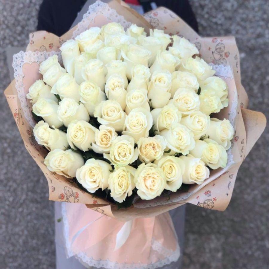 51 белая роза Эквадор 60 см в красивой упаковке