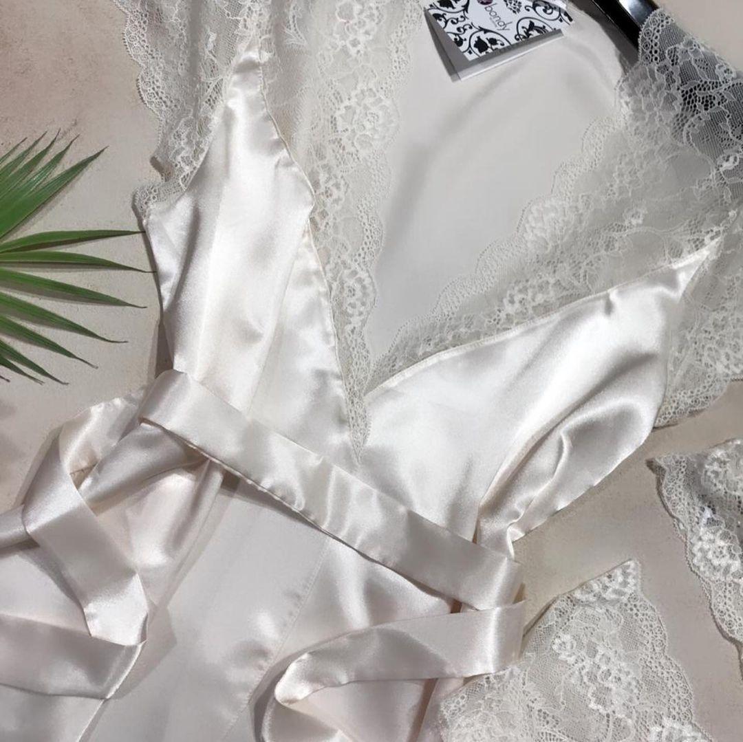 Шёлковый халат, ажурный топ и трусы-шорты