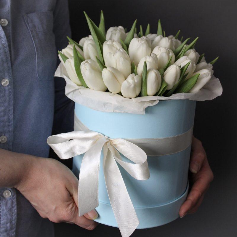 31 белый тюльпан в шляпной коробке