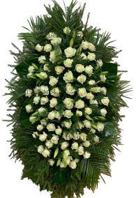 Фото Ритуальный венок из живых цветов #25 белые розы и хвоя