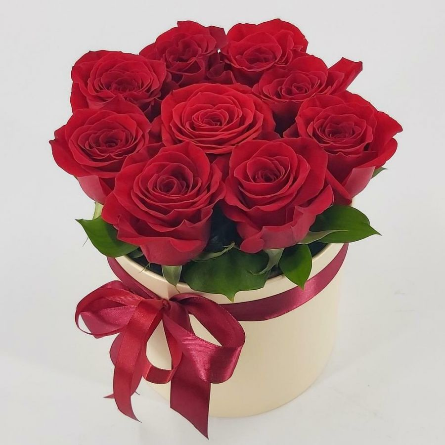 9 красных роз в коробке