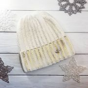 Белая вязаная шапка с золотым напылением