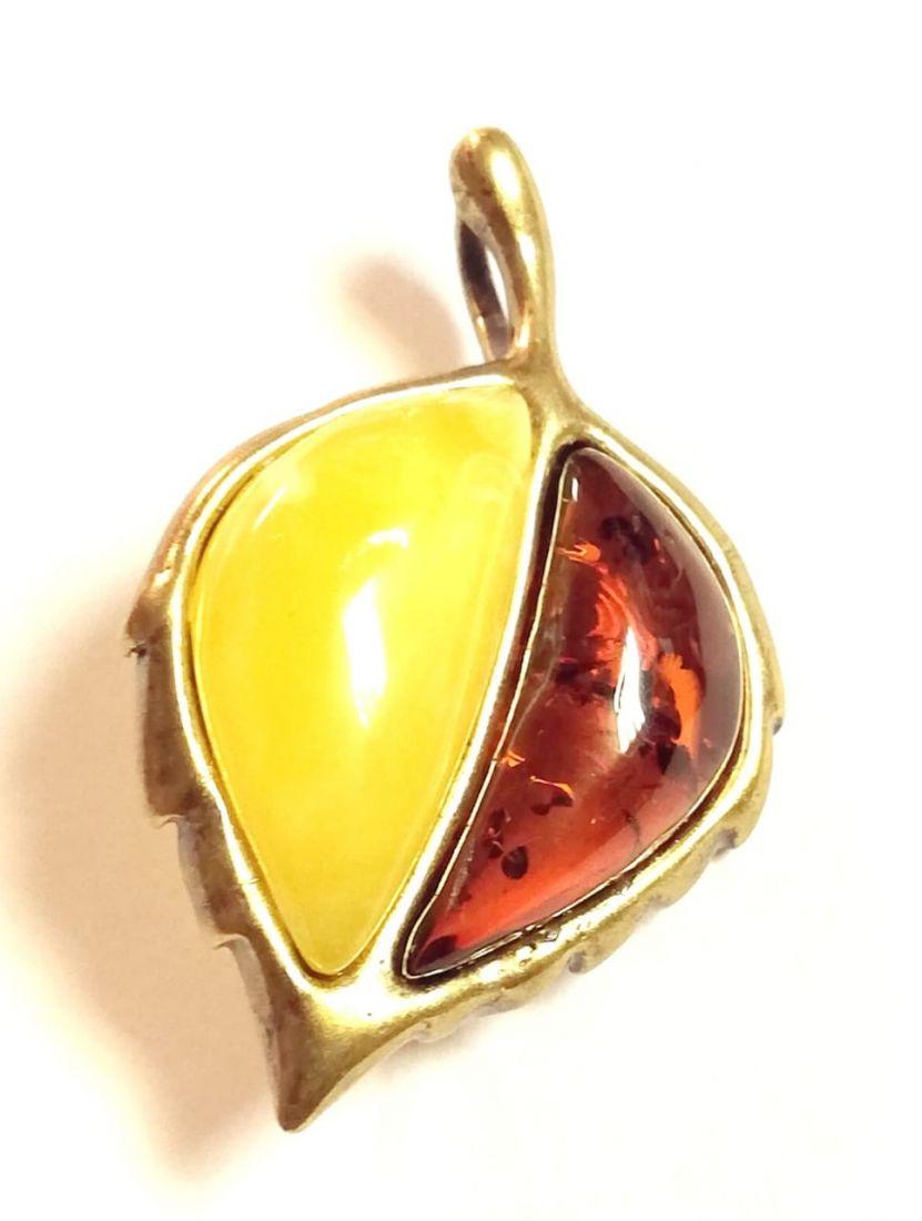 Брошь-подвеска листок ольхи янтарь