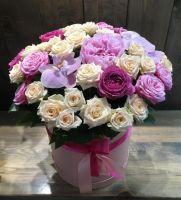 Коробка с орхидеями, пионом, кустовыми и пионовидными розами в нежных тонах